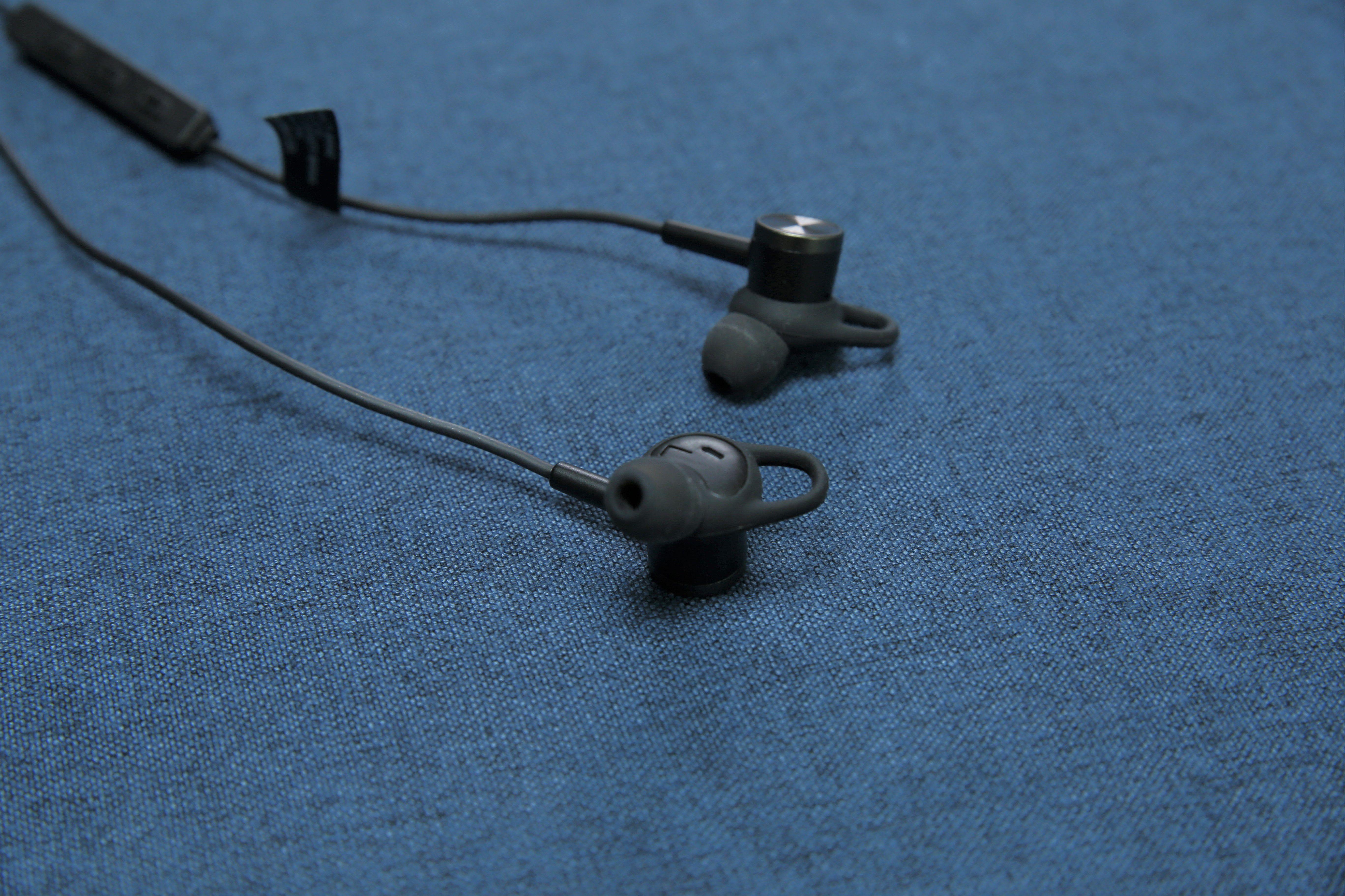 耳機內的R與L