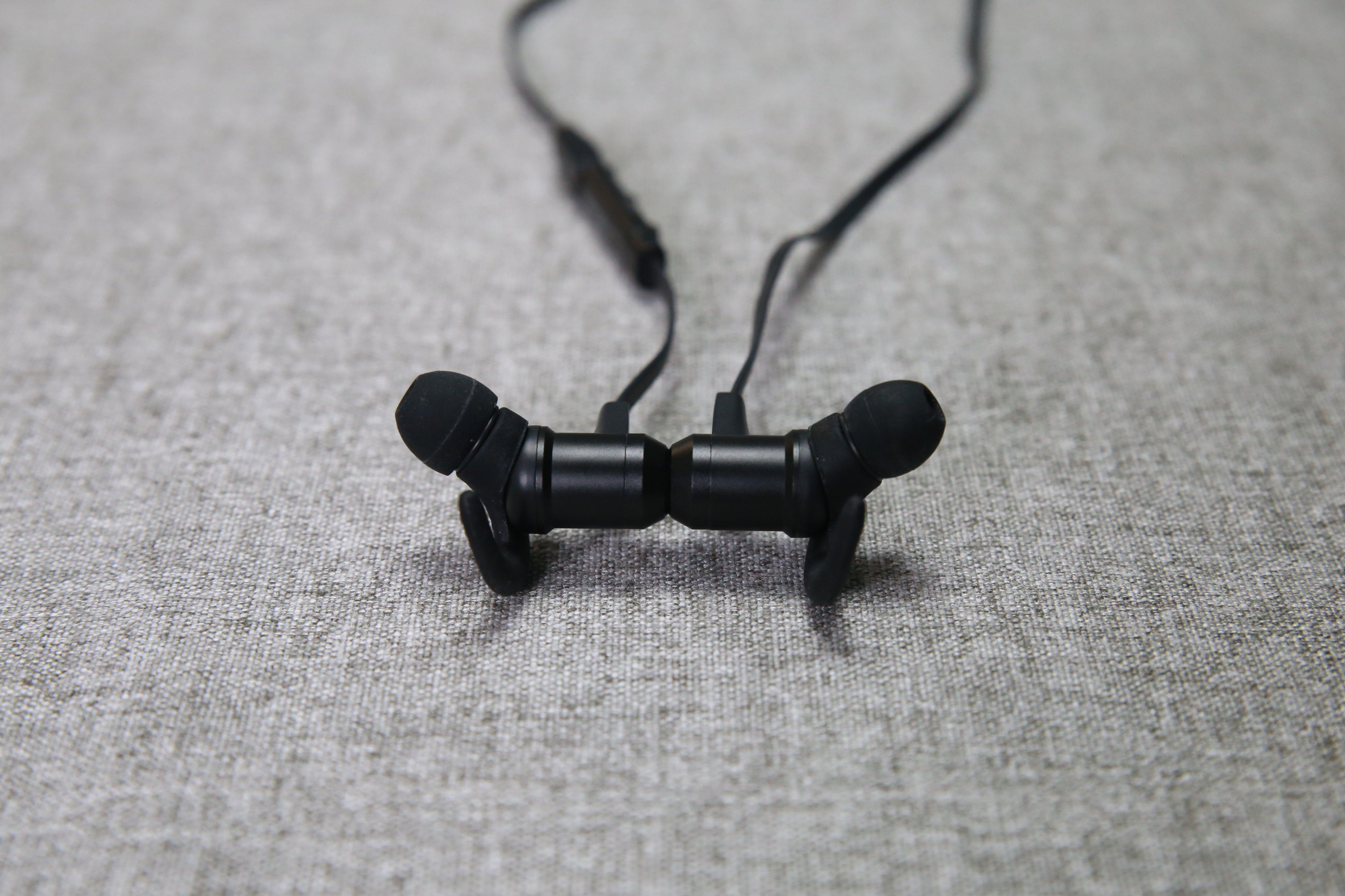 VAVA MOOV 28 磁吸藍牙耳機推薦 - 斜入耳式設計